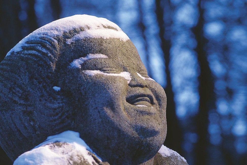Der Künstler und Bildhauer Bernhard Hoetger schuf 1914 die ikonische steinerne Großplastik Bonze des Humors. Diese steht im öffentlichen Raum in der norddeutschen Künstlerkolonie Worpswede und ist Hauptpatin des Programms von Gott lacht.