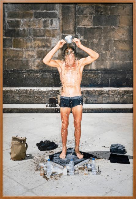 Gabriel fotografiert von Stefan Hähnel MA I – Die Dritte Waschung oder die Honigtaufe, 2019 Pigmentdruck auf Photo Rag Baryta, 200 × 135 cm