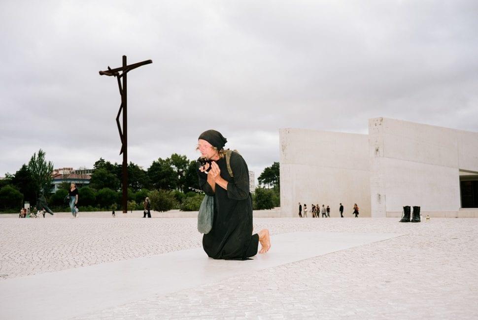 Die Cova da Iria in Fátima, Portugal. Fátima ist, noch vor Lourdes, der größte Marienwallfahrtsort der Welt. Im Sommer 1917 soll an diesem Ort, an einer Steineiche, die Jungfrau Maria drei Hirtenkindern mehrfach erschienen sein. In diesem Marienheiligtum fand am 7. August 2019 die Performance Marianische Antiphonen III statt. Bei dieser Performance begleitete Gabriel die Babykatze NEO, die er einige Tage zuvor aus dem Müll gerettet hatte.