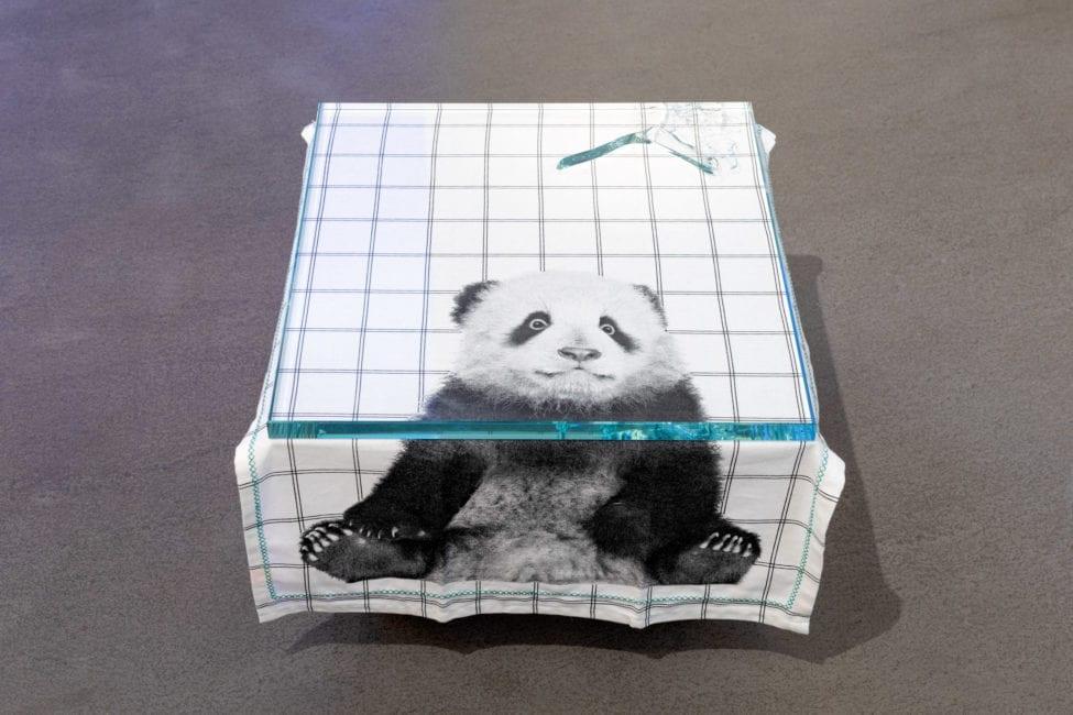 Sinnbild des letzten Menschen? Der Symbolist Martychowiec findet diesen gespiegelt in der Figur des Pandas. Hier ein Blick auf die momentan im Bublitz. Thesaurós. Uhlandstraße. präsentierte Arbeit Shred of Turin von 2020.